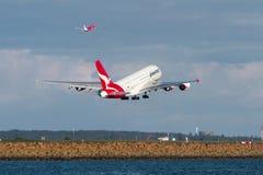 Stråle för Qantas flygbuss som A380 tar av. Arkivfoto