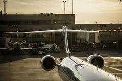 Stråle på porten i en upptagen flygplats arkivbilder