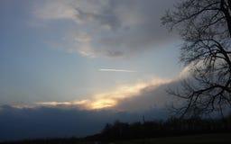 Stråle som lämnar strimman i himmel Arkivfoto