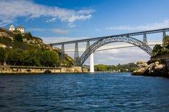 strålen bridges den metalliska porto portugal floden Royaltyfri Bild