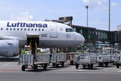 Strålen för Lufthansa luftföretag efter ankomst Arkivfoto