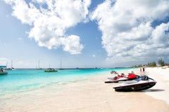 Strålen skidar på den Barbados stranden Royaltyfri Bild