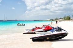 Strålen skidar på den Barbados stranden Arkivbilder
