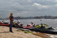 Strålen skidar på flodbanken Royaltyfria Foton