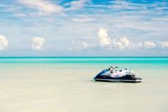 Strålen skidar på turkoshavsvatten i Antigua Vattentransport, sport, aktivitet Hastighet ytterlighet, adrenalin för sommarterrito arkivbilder
