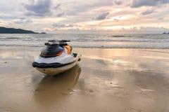 Strålen skidar parkering på stranden Arkivbild