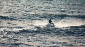 Strålen skidar springa i havet arkivfilmer