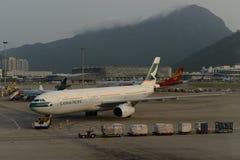 Strålflygplan i flygplats royaltyfri foto