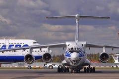 Strålflygplan IL-76 och Boeing 747-400 Fotografering för Bildbyråer
