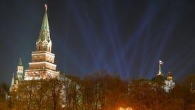 Strålkastare över MoskvaKreml förtöjd sikt för nattportship stock video