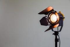 Strålkastare med halogenkulan och den Fresnel linsen Belysningsutrustning för studiofotografi eller videography royaltyfria bilder