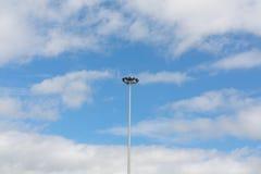 Strålkastare med himmel Arkivfoton