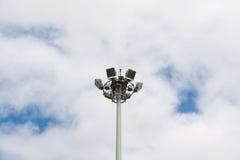 Strålkastare med himmel Arkivbild