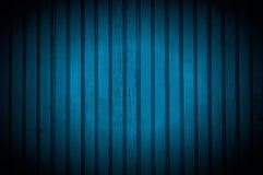 Strålkastare på mörker - blå trävägg Arkivfoto