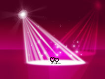 Strålkastarehjärta indikerar Valentine Day And Entertainment Arkivbild