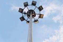 Strålkastaretorn med blå himmel Arkivbild