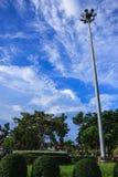 Strålkastaretorn med trevlig blå himmel Royaltyfri Bild