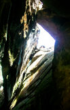 Strålljus som bryter sprickagrottan Royaltyfri Foto