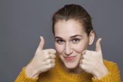 Strålningsgodkännandebegrepp för härlig 20-talflicka med tummar upp Royaltyfri Foto
