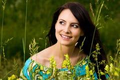 Strålningshärlig kvinna utomhus i natur royaltyfri fotografi