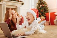 Strålningshög fiving för moder och för son, medan ha gyckel royaltyfri fotografi