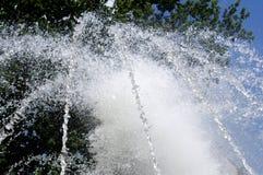 Strålspringbrunn på en varm dag Arkivbild