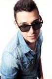 Strój moda facet z kurtką i czarnymi okularami przeciwsłonecznymi na białym tła studiu Zdjęcie Stock