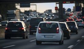 Ström av bilar, blodstockning och trafikstockning på rusningstiden på fet royaltyfri foto