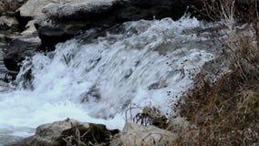Ström av snabbt flödande vatten stock video