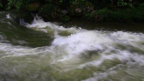 Ström av vatten i Pyrenean arkivfilmer
