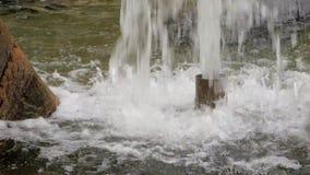 Ström av vatten i springbrunn stock video