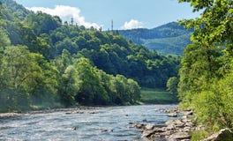 Ström i de Carpathian bergen Arkivfoton