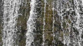 Ström med kaskaden i bergen stock video