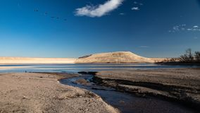 Ström skrivande in sjö arkivfoto