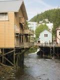Ström som flödar till och med stad Royaltyfria Foton