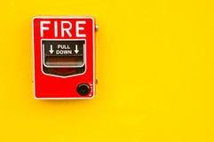 Strömbrytare för brandlarm på den gula väggen Fotografering för Bildbyråer