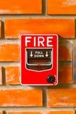 Strömbrytare för brandlarm på texturen för bakgrund för tegelstenvägg Royaltyfria Foton