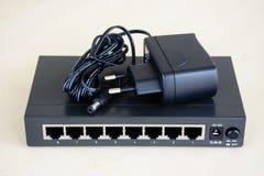 strömbrytare för 8 portar med maktadapteren arkivfoton