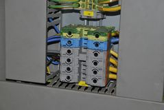 Strömbrytare i elektriskt kabinett arkivbild