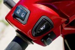 Strömbrytare kontrollerar olika funktioner på en motorcykel fotografering för bildbyråer