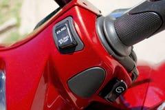 Strömbrytare kontrollerar olika funktioner på en motorcykel arkivbilder