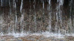 Ströme des Brunnens fallend auf Oberfläche des Wassers stock video footage