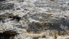 Ströme des Wassers auf dem Fluss stauen das Spritzen heraus vom Zugang und bilden Wellen stock video