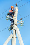 Strömelektrikerlinjearbetare på arbete på pol Royaltyfri Bild