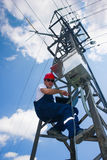 Strömelektrikerlinjearbetare på arbete på pol Royaltyfri Fotografi