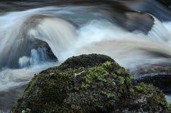 Strömen des Wassers Lizenzfreie Stockbilder