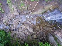 Strömen Sie Bett mit Steinen und Klotz, die einen Wasserfall holten Stockfoto