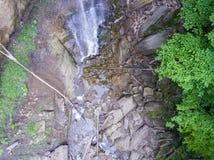 Strömen Sie Bett mit Steinen und Klotz, die einen Wasserfall holten Lizenzfreies Stockfoto