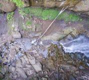 Strömen Sie Bett mit Steinen und Klotz, die einen Wasserfall holten Lizenzfreies Stockbild