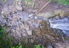 Strömen Sie Bett mit Steinen und Klotz, die einen Wasserfall holten Lizenzfreie Stockfotografie